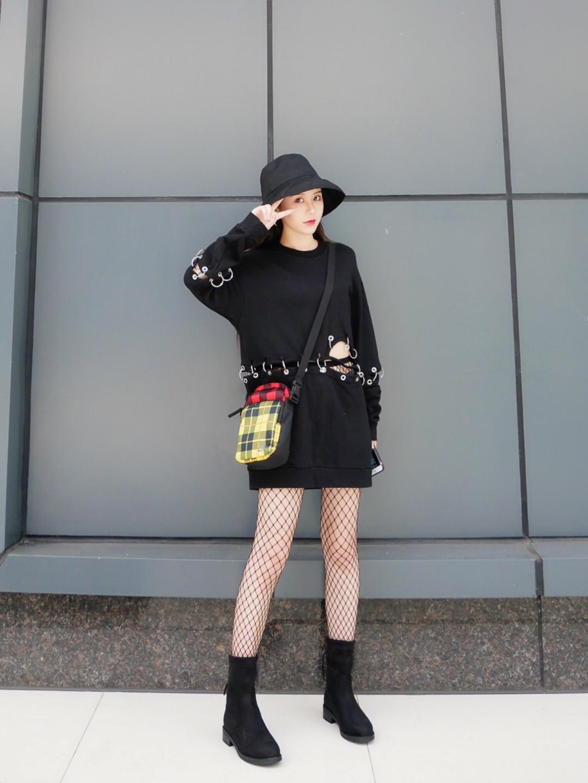 大宝每日look-潮酷风 很个性的卫衣,经典的圆领,修饰脖颈曲线,袖子和腰间环扣衔接,也可以拆卸,个性十足,袖口衣摆的螺纹收紧,更具包容性,配上性感的渔网袜,简约的小短靴,简直就是时尚达人~ #盐系工装风,一穿就上头#
