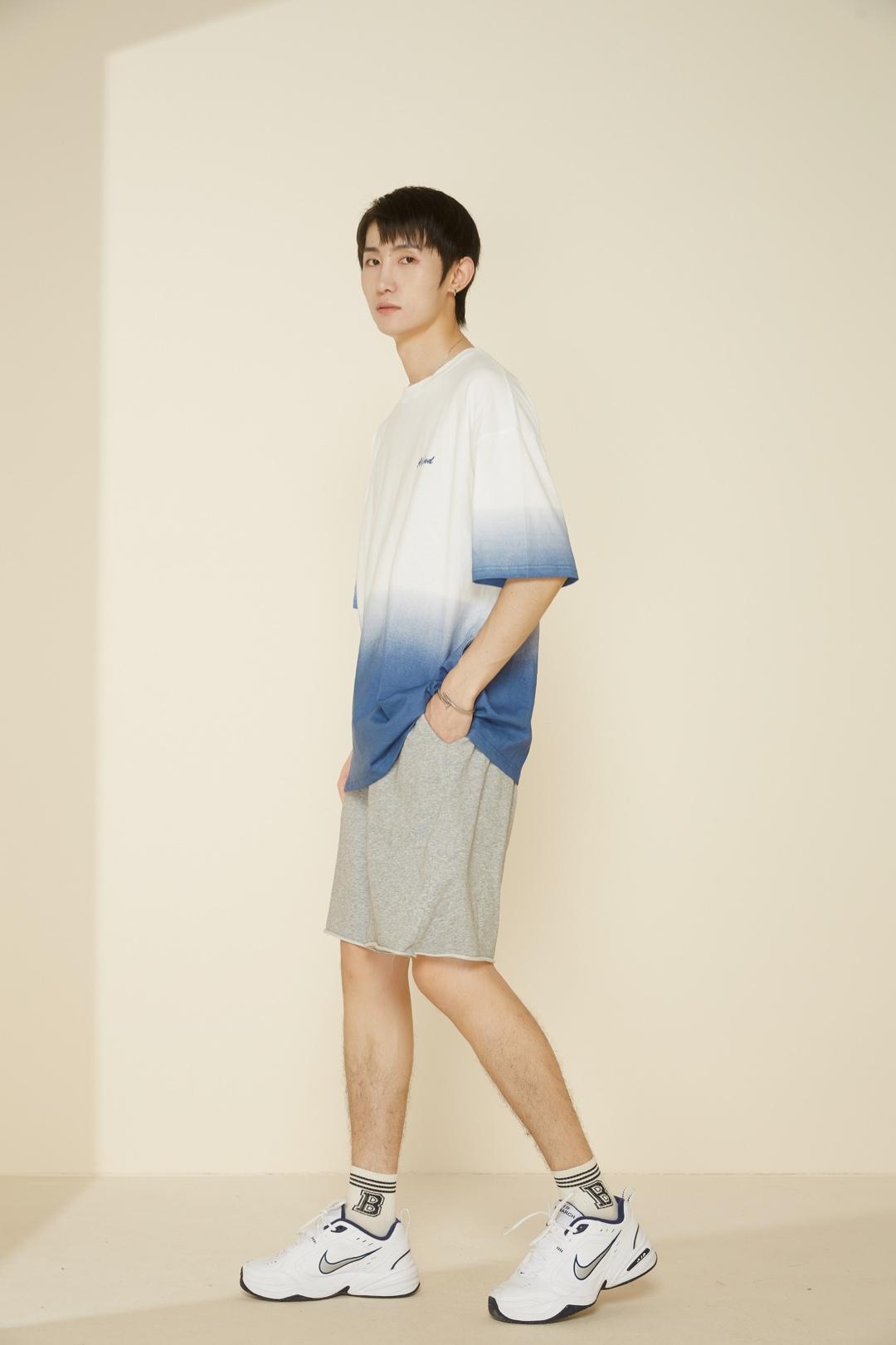 #盐系工装风,一穿就上头# -男生穿搭分享 渐变元素作为今年最流行的元素之一 T恤单品可以拥有一件 舒服百搭款 搭配了灰色系的棉质短裤 搭配了经典白色运动鞋 学院气息满满