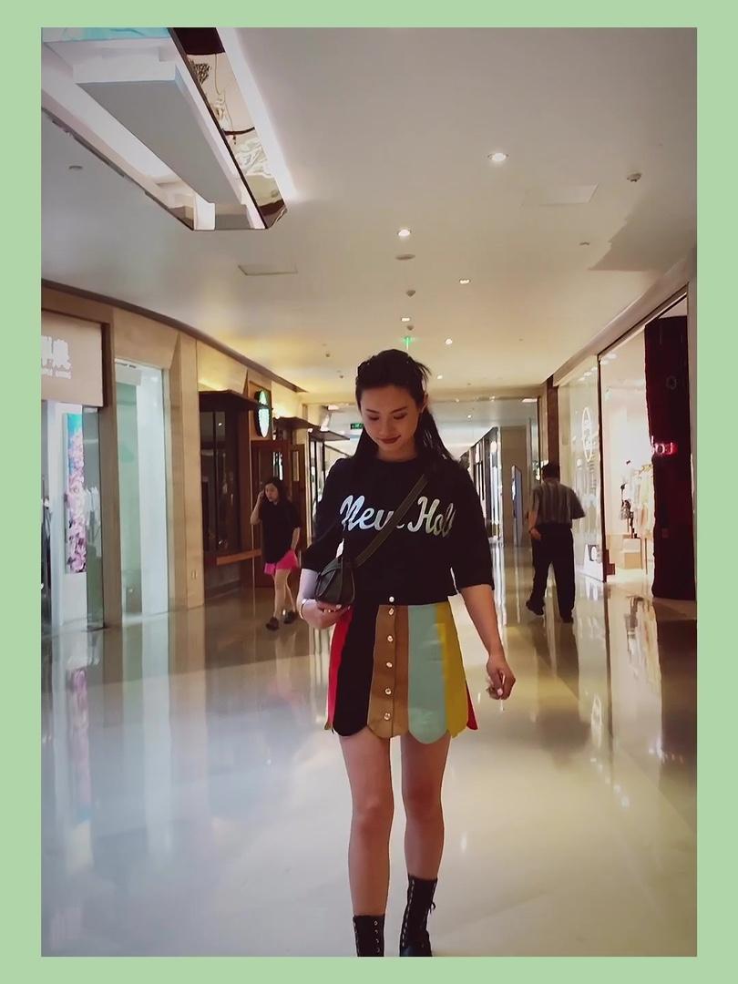 裙装就算搭配马丁靴也依旧拥有姓名 不管什么季节、什么温度 爱裙子的女孩们永远存在! 而且任何种类的裙子都能完美适配, 马丁靴和短裙搭配充满了活力  腿长且直的妹纸可以大胆露腿 穿上打底袜成为腿精~ 马丁靴不仅能搭配短裙 还有各式各样的半身裙 比如仙气感的纱裙 娘man平衡是独特的穿搭啦~ #2019早秋流行第一弹#