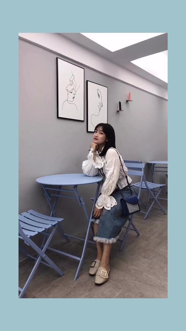 #入秋单品王,这件最上头#白色的蕾丝衬衫简约大方,袖口有设计感,搭配不规则牛仔半裙也很有范,有韩系小姐姐的味道,加上米色的单鞋温柔气质