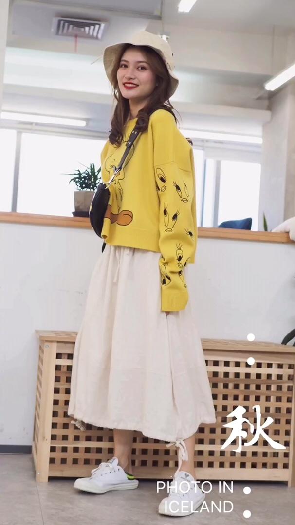#2019早秋流行第一弹#  模特155cm 40kg 黄色的毛衣搭配白色的裙子 清爽温柔 帽子是童趣的图案更显活泼 适合各种场合