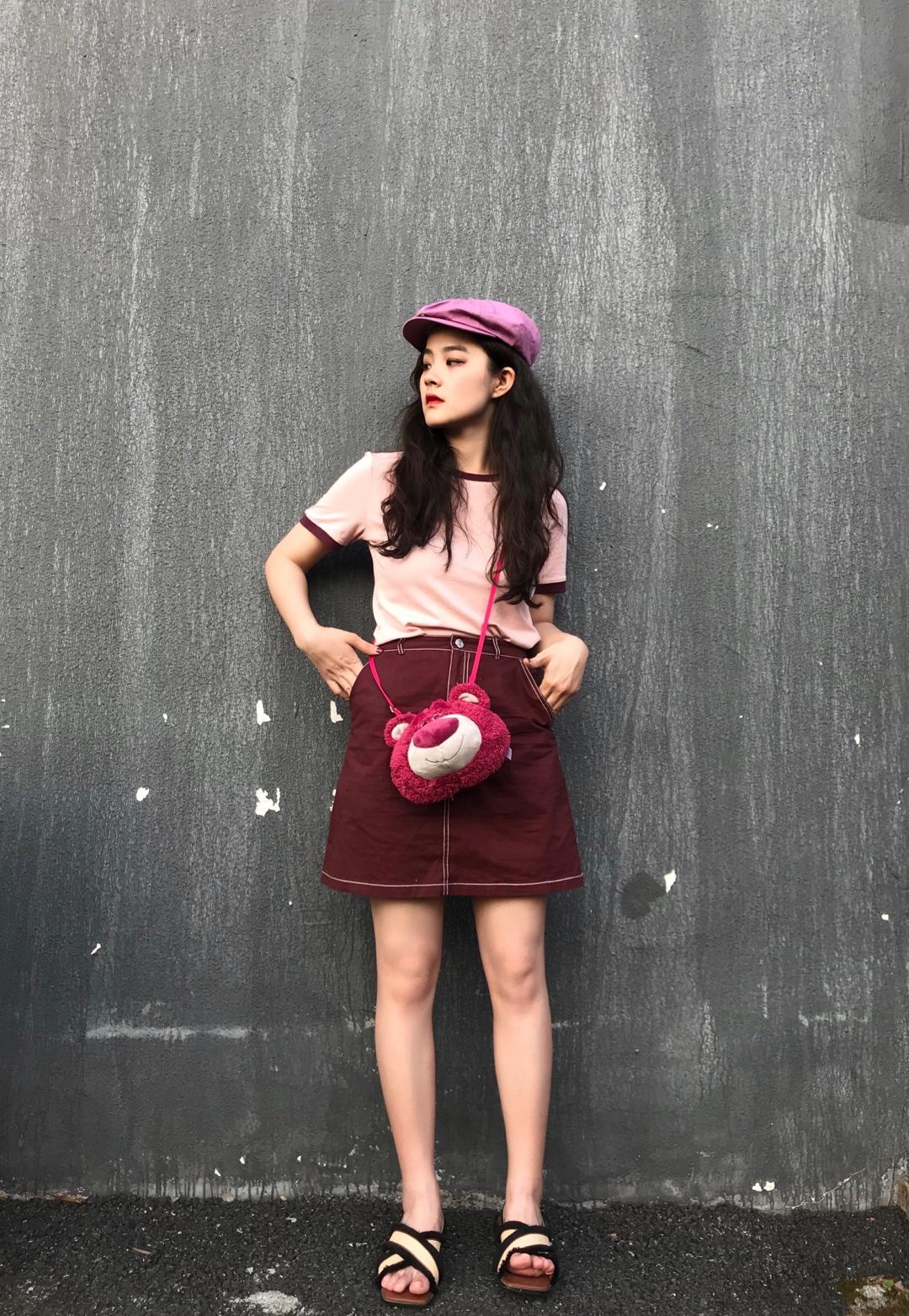圆领粉色短袖T恤搭配酒红色半裙 斜挎草莓熊包包 整套搭配甜美可爱#150矮妹の秋日显高指南#