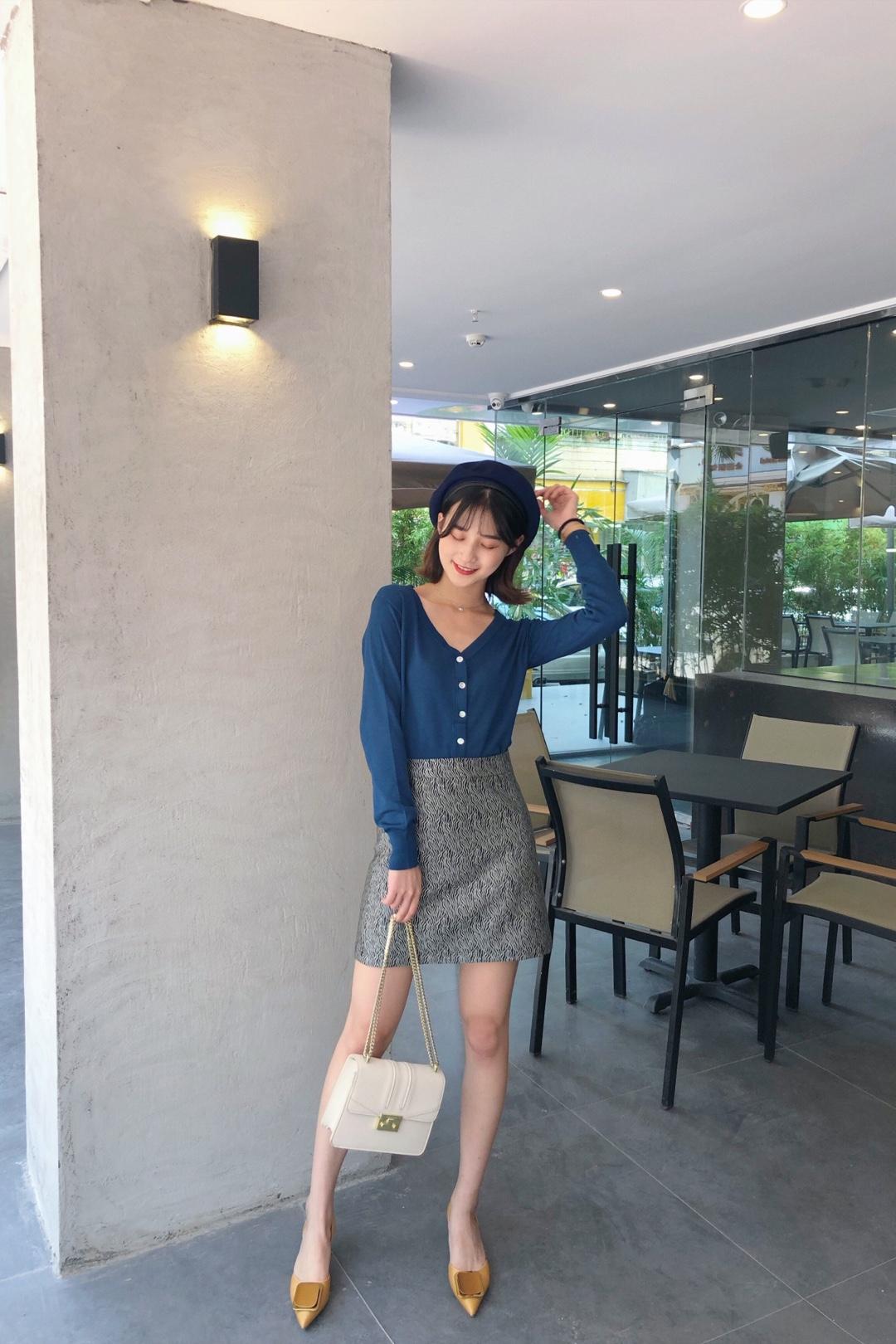 #入秋微凉,我选薄开衫#针织衫衣身比较短搭配高腰的裙子显出长腿的效果!颜色很显白哦 而且挺百搭 搭配牛仔裤也不突兀哦