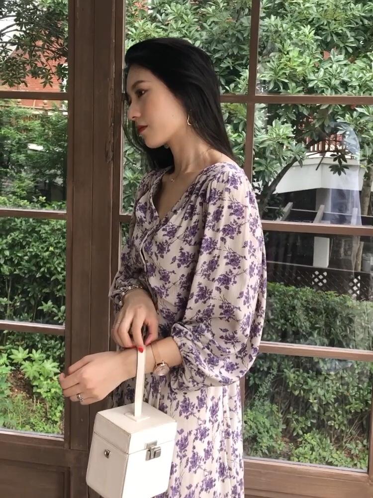 #秋装上新穿搭打卡# 紫色碎花连衣裙  中间系扣的设计  v领拉长脖子  搭配白色手提包和白色高跟鞋 颜色上做了一个协调~ 如果想更优雅一点可以搭配白色的帽子~  就会有一些法式的感觉