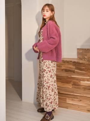 #早秋慵懒风,一套搞定#나른한 스웨터 카디건에 꽃무늬 긴 치마를 매치해 부드럽고 여성스러움을 자아낸다.💟