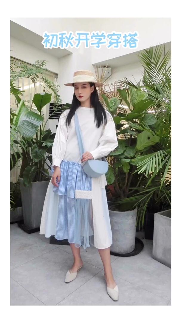 非常有层次感的连衣裙 初秋吸睛必备单品 不同材质的拼接很有设计感 而且宽松的裙型对身材的包容性很好哦~ #入秋单品王,这件最上头#