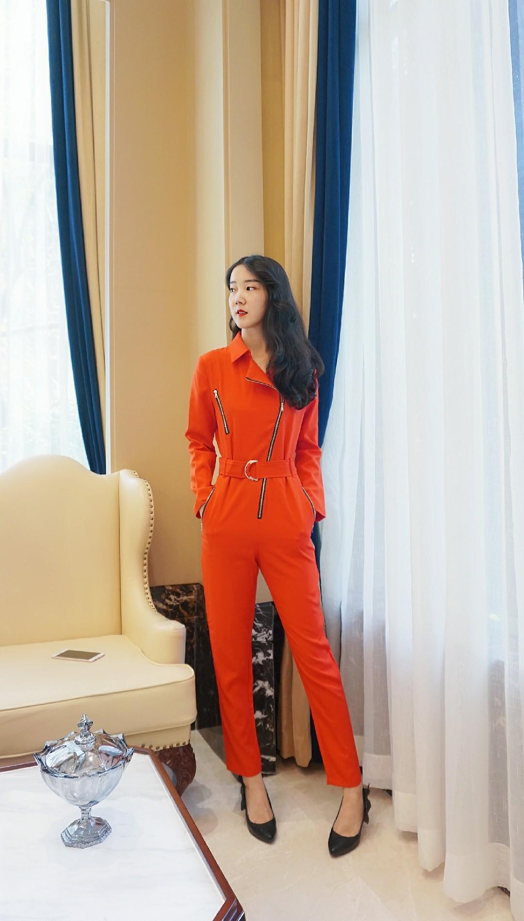 想做职场一道亮丽的风景线~这是一套红色连衣裤,拉链设计很稀饭~腰部的腰带很好的诠释了曲线,十分显瘦~穿惯了沉稳的深色系,可以试试热情的亮色系哦~#夏秋交替,办公室最佳look#