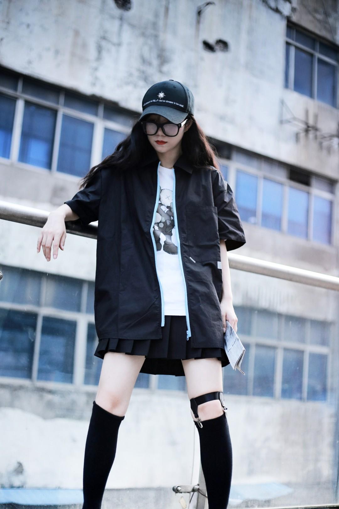 #小个子如何穿出大长腿?#  ✨🐖大长腿即视感嘻嘻 酷酷的风格 小个子也可以驾驭 黑色也很显瘦哦  搭配一个小黑裙 真是拉风