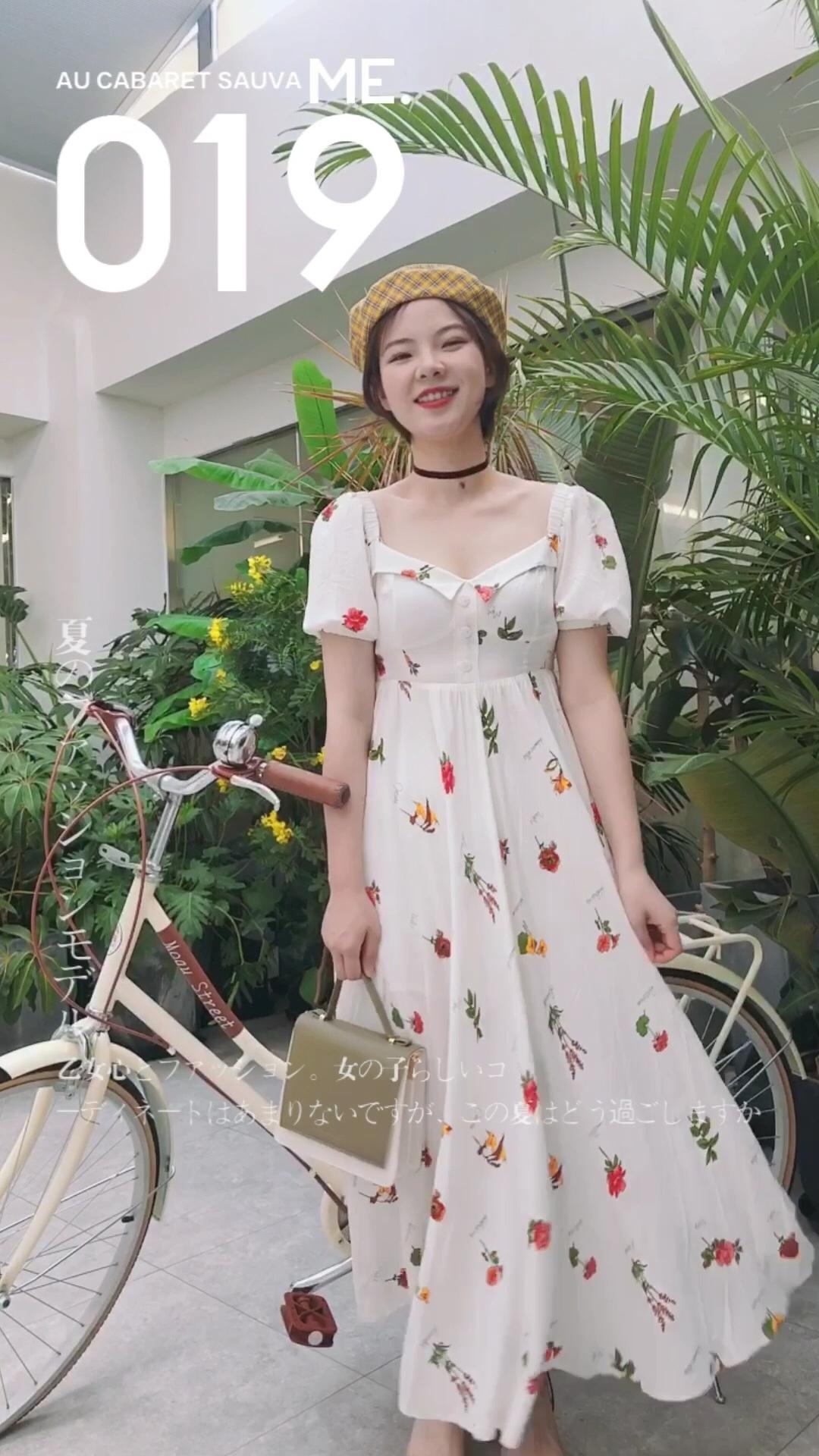 长款连衣裙从夏到秋都能一直穿哦~ 白底点缀一些小图案文艺气息十足哦! #夏秋交替,办公室最佳look#