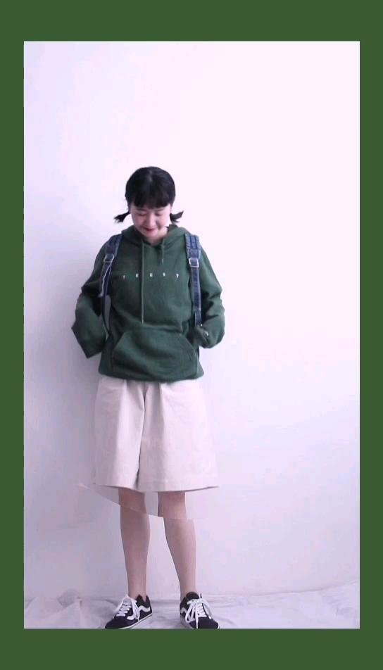 #秋装上新穿搭打卡# 墨绿色卫衣,真的很好看了 搭配杏色灯芯绒五分裤,可可爱爱 搭配工装牛仔裤,又酷又可爱