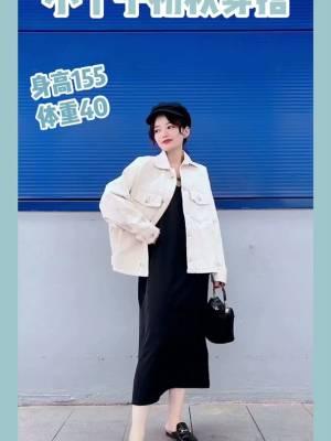 #2019早秋流行第一弹#  初秋必备的牛仔外套来啦 米白色的牛仔外套万能配哦 搭配一件简单的长裙也hin好看~ 简单的黑白系配色超级耐看哦