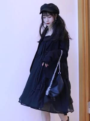 #过渡季必备:初秋小外套#  这套黑色的真的超级超级显瘦的好吗 而且里面那个裙子真的是一个韩系风格的 巨能遮肉肉  整体看着就很干练