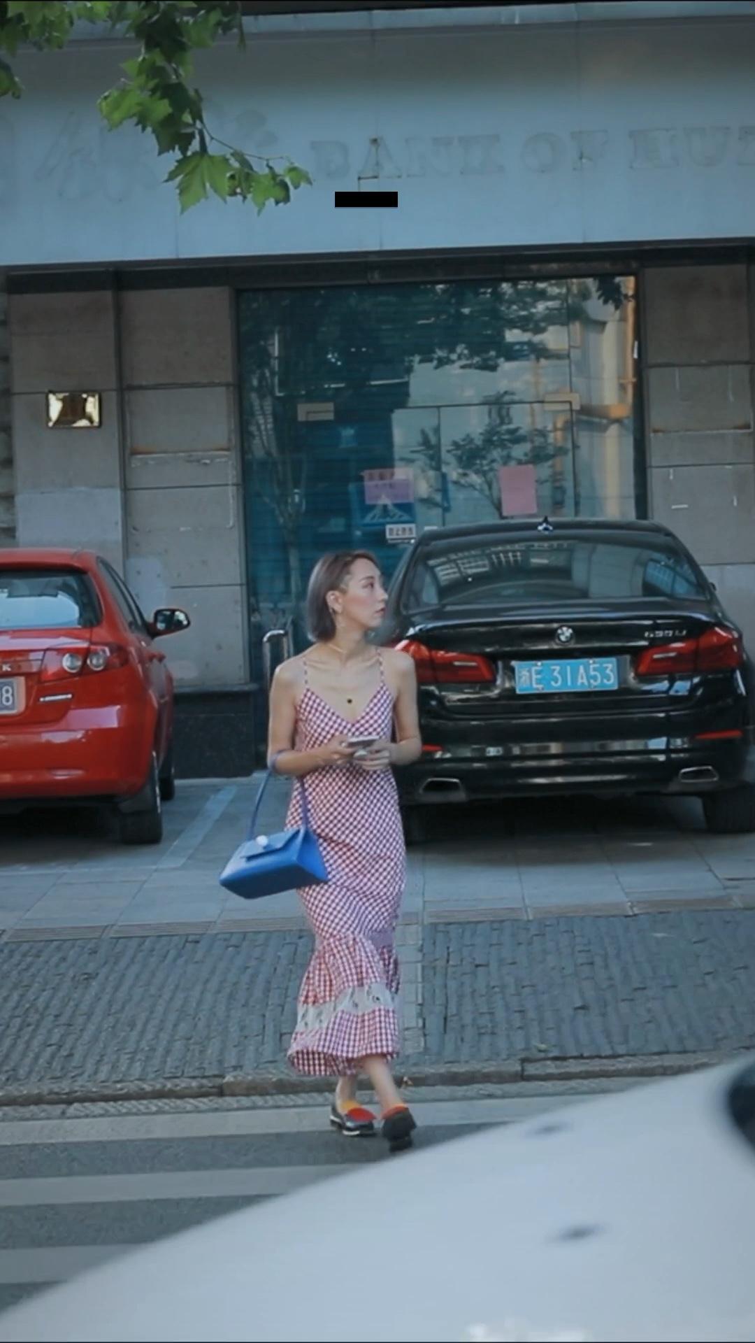 ViLook | Vol.308 ———— 红色格纹连衣裙,裙摆那么好看!复古又时髦,必然是这个温暖的初秋约会度假首选!很心机的搭配了同样粉色系的不对称耳环,其中一边可以挂在耳骨上,绝美!包包是宝蓝色的,跟衣服行程鲜明对比~鞋子特地穿了这双异型跟的三原色拼色~这么穿去约会,男朋友可能会犯花痴😜 #早秋约会款,甜蜜升级~#
