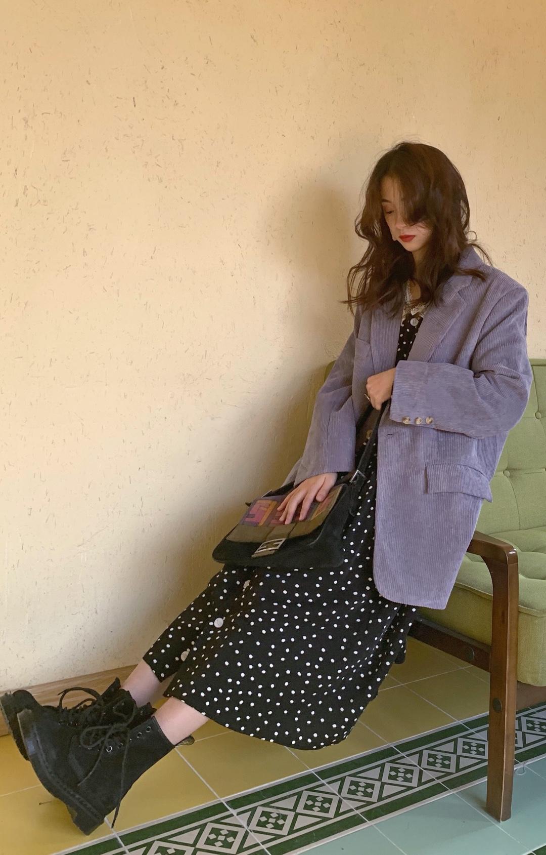 灯芯绒外套!!有两个颜色,蓝色的外套真的太复古了,复古风100%里面搭配毛衣卫衣什么的也完全不显胖,又英气又有范。紫色的实在太温柔啦!里面可以搭配深色连衣裙,这样也不用担心入秋穿连衣裙温度的问题。外套我穿的是L码,我真的超爱over size的衣服,价位在200➕#最全小西装搭配攻略#
