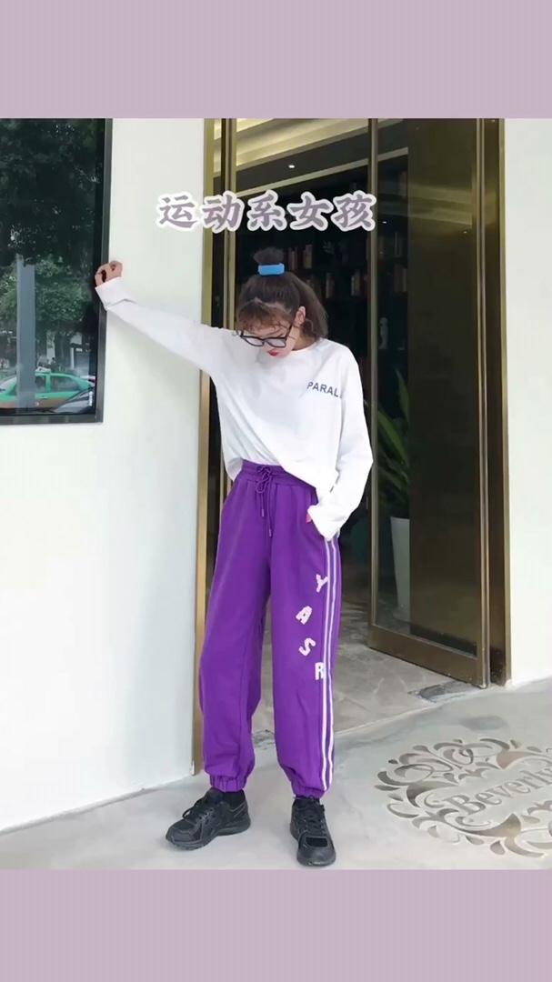 """#20℃,这条""""秋""""裤必须拥有# 今天是你的运动系女孩👧🏻 简单的logo白t,设计简约好看,整个设计都在背后,会很加分! 搭配束腿运动裤,告别平时平庸的黑色和灰色 选择紫色会更好看一些! 活力满满的感觉有木有~裤子还有水钻得设计 黑色运动鞋一定要配起来"""