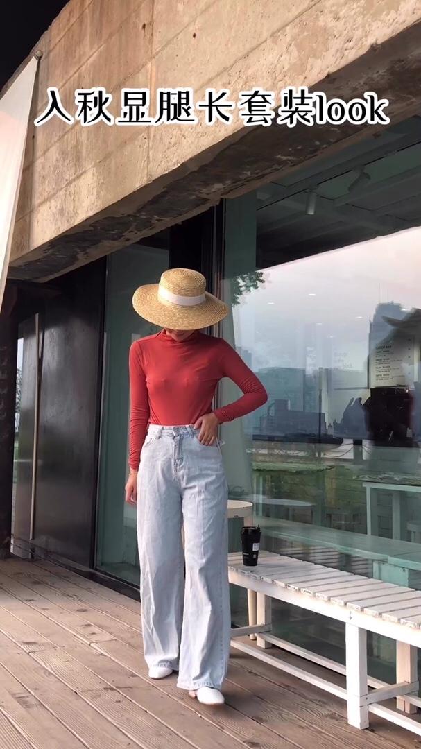 #针织必买榜N0.1买它# 橙色是非常亮丽的颜色,在给人充满活力感的同时如果搭配的是同色的裤子就会显得非常俗气,像一个彩色的毛线团让人抓不到重点。用深色压住太鲜艳的颜色是最好的方法。长款浅色阔腿裤既时尚又能遮住微胖的下身,是不错的选择,在戴上一顶草编的小帽子就更可爱啦