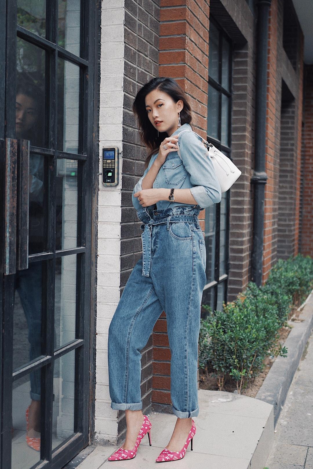 如何穿好一身牛仔服? 两种借鉴办法—— 1️⃣上下选择相同or相近色度的牛仔单品,最好是饱和度都低或者像我穿的这一身饱和度都高的 2️⃣上深下浅or上浅下深,色度对比一定要大!越大越好! 不过个人还是更多偏向于选择相近颜色搭配的 - 衬衫和高腰裤|MissSixty 都是这次MissSixty新出的天使系列,海报款~迪丽热巴也有上身哦 相比热巴把衬衫扣上穿,豪放的我选择了全敞开式🤣内搭了一件A&F的V领小背心,露出锁骨和拉长脖子曲线,不会让深色的牛仔显得太闷 - 高跟鞋|HouseofAvenuesxBarbie 哇这个厉害了! 通常搭配牛仔啊或者需要选择搭配箭头高跟鞋的时候,无外乎我都会选择很保险的白色啊裸色啊之类的,但是这一次,我大胆尝试了一下这双Barbie粉,天呐我爱了! 这种骚粉骚粉的简直太好看了,完全成为了这套look的点睛之笔! (虽然穿上可能会显的皮肤有点黑,但是,穿这种牛仔色或者是想要驾驭这种粉色风格的姐妹,根本就不怕黑的好嘛!穿上的一瞬间,觉得自己的脚美的像吉克隽逸了) #秋装上新穿搭打卡#