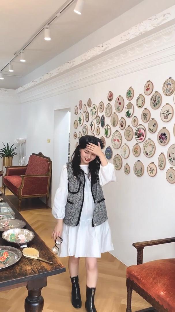 #蘑菇街环游旅拍季#秋天温柔复古小姐姐到了 白色连衣裙搭配格子兮马甲 再搭配一个黑色皮帽 复古感十足哦 一起get起来吧