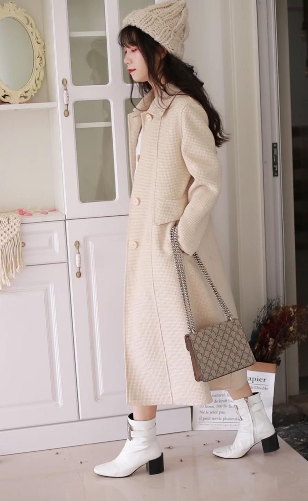 #今秋白富美风,选这件!#  这件外套低低调调但是不影响它的设计是一款小西装的感觉  比较中规中矩的衣服我在里面搭配了一个白色的裙子  符合整体的色调 它其实有显高的作用  整体还是比较拉风的 至少走起路来 还是可以驾驭的