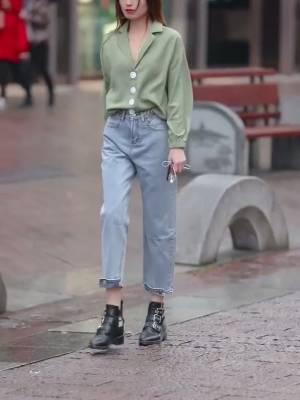 美女就是不一样,走在街上都有人给送伞,你们羡慕吧#逆袭职场女神!初秋上班look#