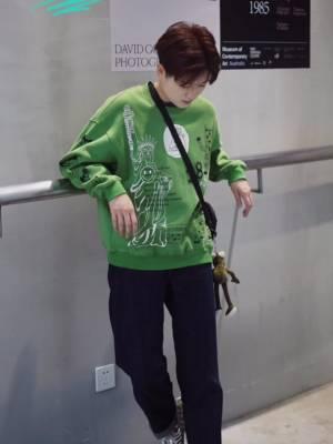 #假期出街爆款,一眼入坑# 超🉑️爱的绿色印花卫衣 印花超特别!短款设计很显高! 中性风格男生女生都能穿哦
