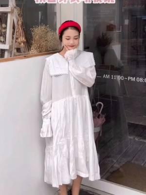 #秋日穿衣教你搭# 纯白色滴连衣裙太爱了叭555 娃娃领的设计敲可爱滴嘻嘻😁 搭配了今年很流行的红色发箍 很平价的哦,适合学生党辣 穿粗门太仙气了!!袖口的花边设计 也是很好看的呦,安排一件!