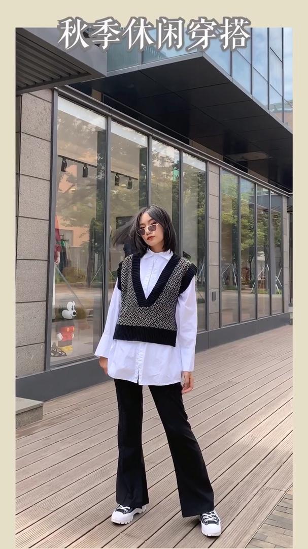 入秋针织马甲和白衬衫的搭配法则 天气渐冷,可见一件长袖也满足不了我了~针织马甲搭起来! 这件针织的背心马夹,真的是百搭神器!在刚入秋的时候搭短袖一样也可以穿的,今天在这件马甲里穿了一件双层的白衬衫,这样看起来就更加有层次感,衬衫的面料很硬挺,显得版型超级好! 下身直筒休闲裤配上一双厚底的鞋子!立刻一米八! 真的是一套既气质又不失温柔的穿搭呢~ #揭秘针织の选购法则#
