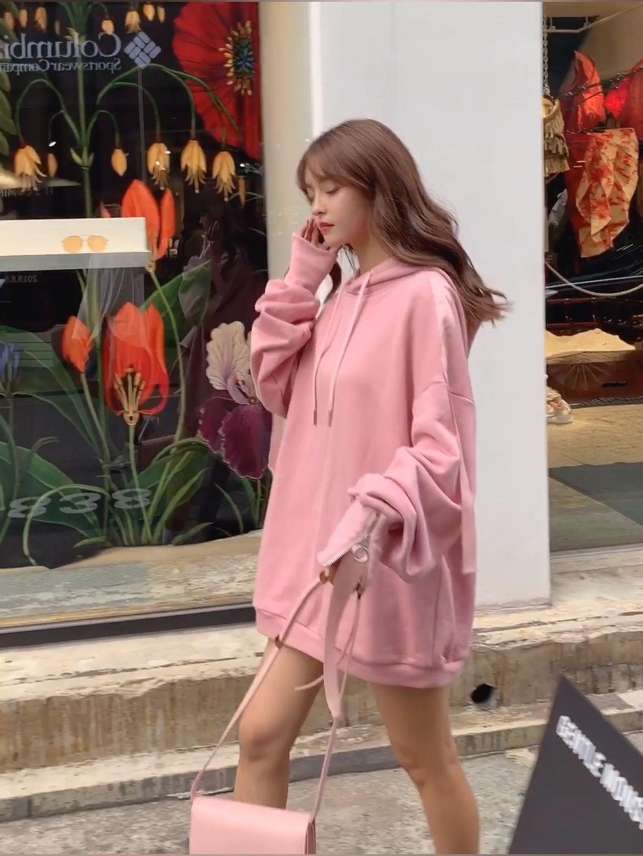 这款粉色卫衣甜甜糯糯的,上身后仿佛让周围空气都变甜美。肩部拼接有粉色绸带,绸带会随着你的活动也动起来,很有律动感,就是元气满满的样子!袖口加入了拉链设计,很喜欢这个有些个性感的小设计。宽松的版型会让女生显得更娇小哟,搭配一条白色百褶裙与运动鞋,甜美中带着活力俏皮的look。#一周限定:温柔女友穿搭#