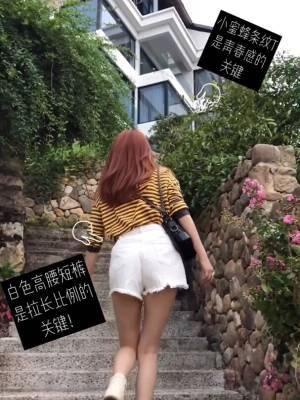 ??旅行穿搭|又青春无敌又舒适好出门的穿搭  #蘑菇街环游旅拍季#  马丁靴秋天又好穿出门又修饰腿型,白色款更是显得青春可爱,绝佳搭配就是同色系的短裤。黄黑色条纹卫衣就是这一身的色彩担当,小蜜蜂配色永远都是不会出错的!这样的穿搭很休闲很简单,穿着出门玩一点也不会觉得束手束脚,好看和舒适都是满分的哟~