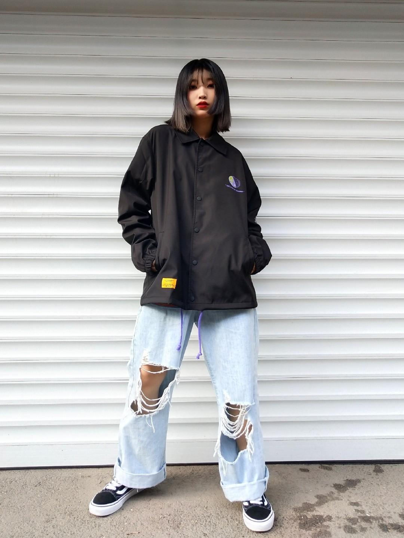 女生日常穿搭 | 潮酷风穿搭 黑色潮酷风外套 牛仔漏洞阔腿高腰裤 帆布鞋 #一件防风外套,才是早秋刚需#