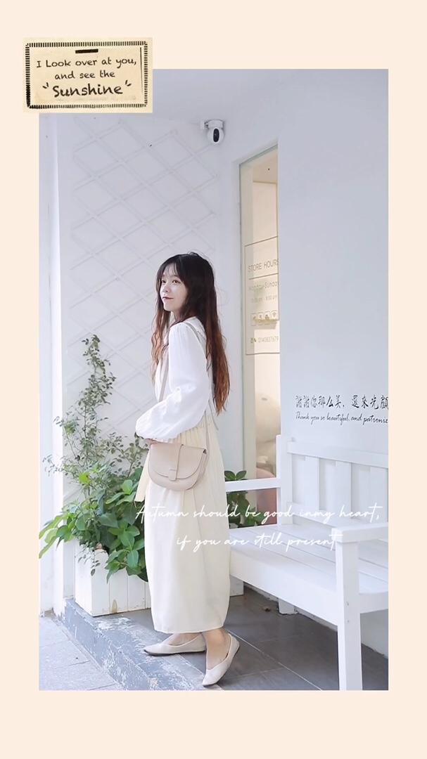 #入秋必看的韩国ins风穿搭# 简约百搭的白衬衫 清新又甜美 搭配起来也毫不费力 半身裙飘逸垂顺 腰间的蝴蝶结也很加分喔