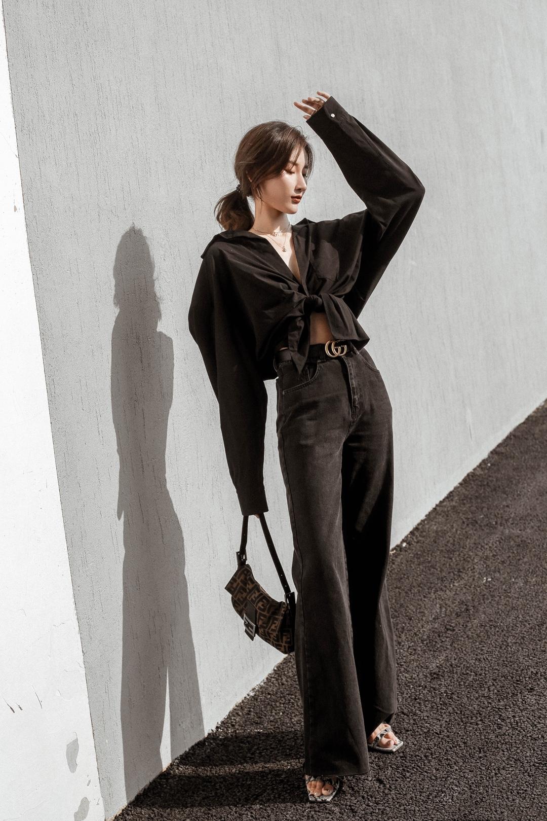 All Black 🖤🖤🖤 . 越来越明白剪裁、细节、面料的重要性 同样是基础款 好的剪裁、面料是提升整体气质跟气场的关键 就算全黑也不会沉闷 细节设计让整体不单调 再加浅金配饰点亮 OOTD: 衬衫:Jacquemus 裤子:The ragged priest 项链:Dior 腰带:Gucci 包包:Fendi 鞋子:Lost in echo #肉女孩别滑走!显瘦就这套!#
