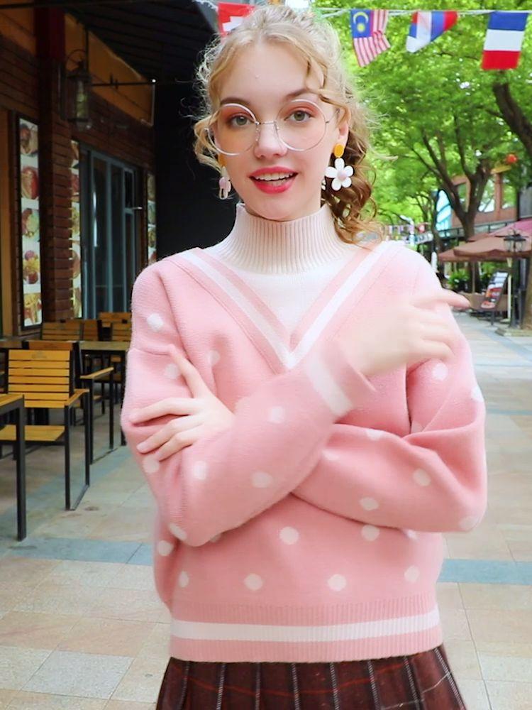 #这件小可爱昨天被人夸好看#粉色V领假两件半高领毛衣,设计感爆棚哈!半高领设计,干练利落,还保暖!波点撞色设计,洋气又减龄~