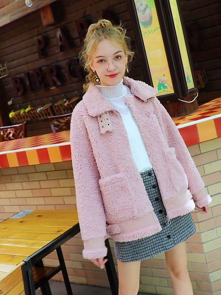 #气温骤降,最时髦的内搭是____?#粉色小香风羊羔毛外套!敲级减龄。卡拉卷毛绒复合麂皮绒面料,无敌高大上!后背字母绣花,精致时尚。加厚款,灰常保暖哟!