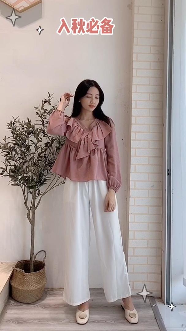 荷叶边V领上衣 藕粉色的衣服很显白,而且面料是雪纺的穿着很舒服,一层面料不会透哦,版型比较宽松挺好搭配的#双11限定:简约女孩剁手清单#