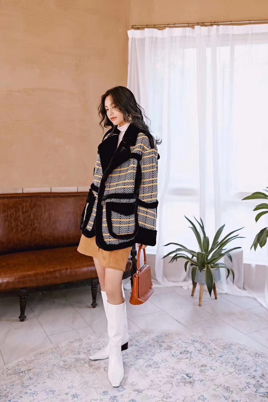黄格子复合黑毛外套 经典的格纹拼接纯色,大气的黑色边拼接设计,超具时尚感感,回头率超高!百搭的棕色+黑色,色调整体非常统一和谐,让衣服更适合亚洲人的白皮。黑色的大翻领,干净利落的显示出女人的强大气质感。整个外套黑色的使用,立体感更丰富,更像是一道独有的风景线,难以忘怀。宽松而大气的整体感觉又带满满高级感,而且很温暖的样子!#细数双11性价比外套#