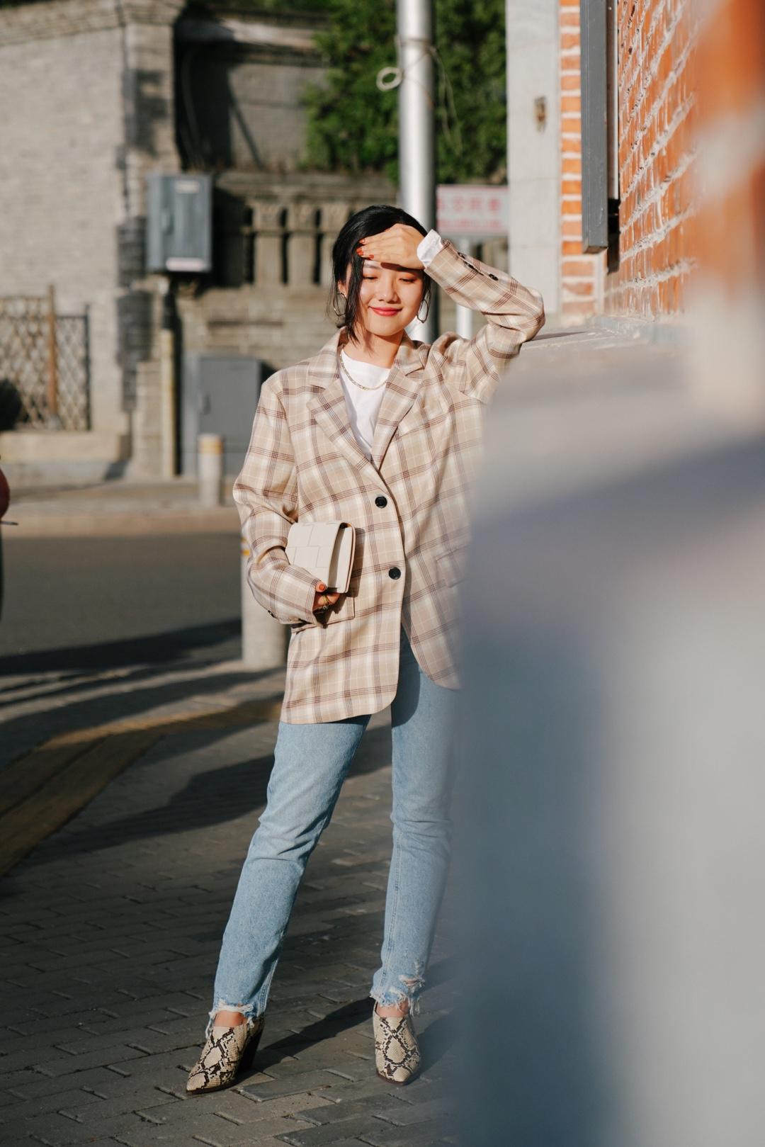 穿西装的美好秋日。焦糖棕格纹的配色太美了,搭配清爽的直筒蓝色牛仔裤,是秋高气爽的出街造型。动物纹压纹短靴也和西装的颜色很配。  外套:果核宇宙 牛仔裤:agolde 包:bv 靴子:mango #双11约会穿搭,一招搞定男神!#