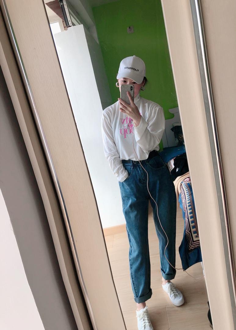 衣服买了黑白两色 配外套粉色字母超好看 料子滑滑的 不起球不变形