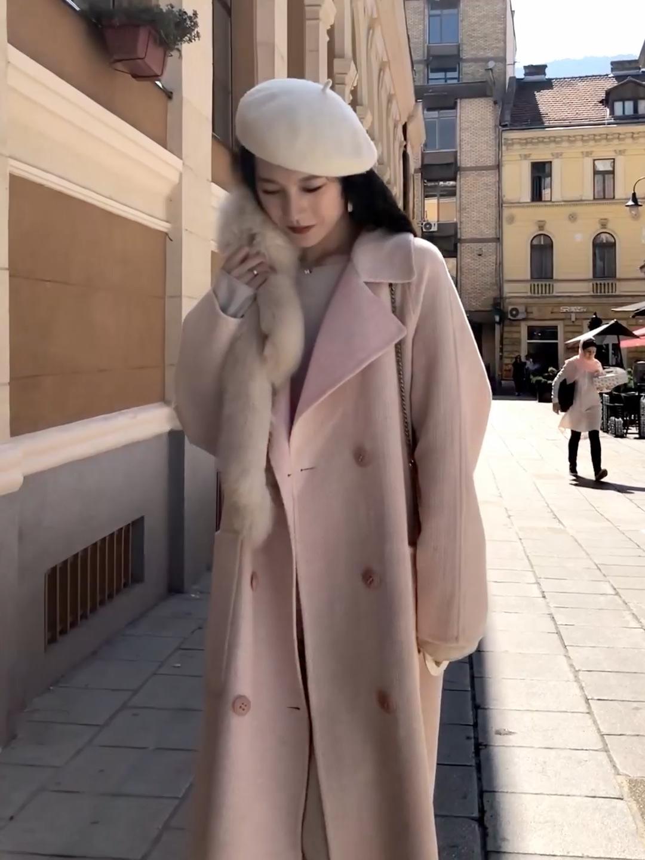 #双11梨妹福音:中长外套低价入!# 冬天温柔的大衣~ 一个米色的毛衣非常的温柔 搭配一个浅色系的大衣 双排扣大衣 H的版型 非常修饰身材~ 搭配了一个白色的贝雷帽 包包选择的是单肩背的爱马仕 很气质哦