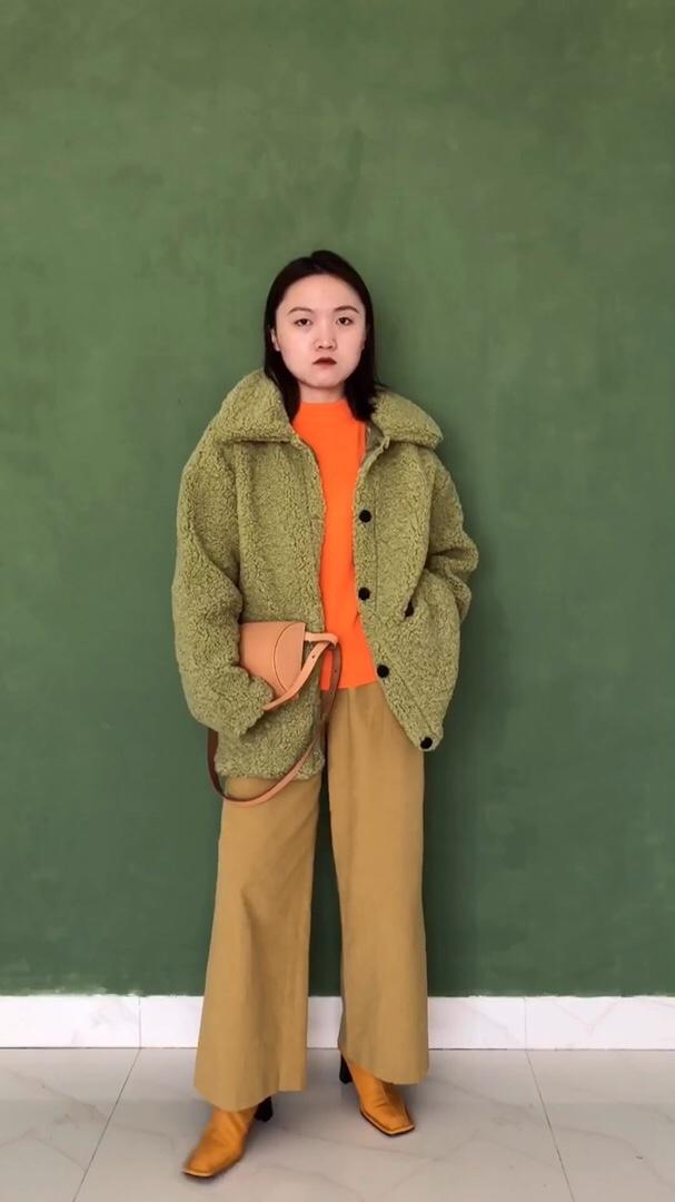 大家好,双十一快到咯,今天给大家分享一件毛绒绒的外套大衣,真的是超值女神穿搭~这件外套是仿羊羔毛面料,里面还有加绒,手感摸起来超级舒服😌抹茶绿色穿上身感觉就是抹茶本茶🍵单排扣对设计加上小翻领真是可爱至极~内搭搭配了比较亮色系的上衣跟裤子,踩上高跟鞋真的是气质翻身~ #双11全网超值女神套装!#