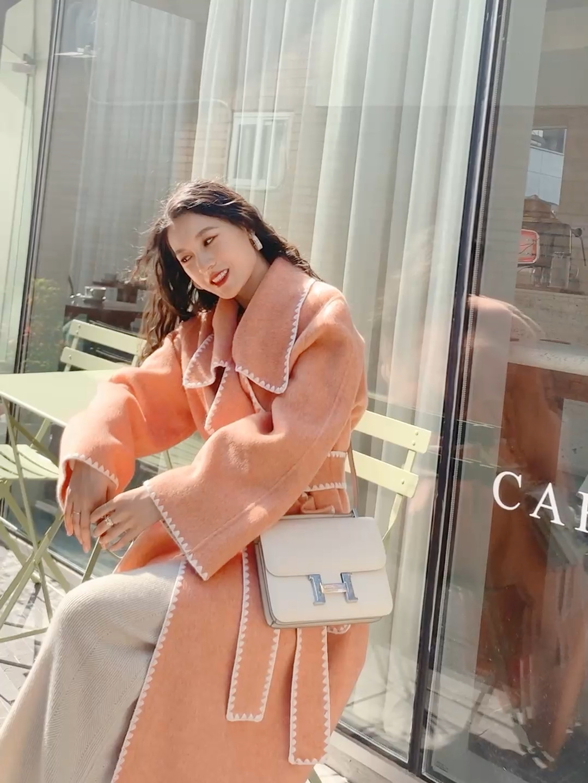 #双十一网红大衣降价榜!# 米色针织连衣裙搭配浅橘色的大衣 大衣拼接了贝壳袖 有一些小香风的感觉 今年特别流行小香风~  搭配一个斜挎的米色包包 非常好看哦! 鞋子的话选择的也是一个米色的靴子 和包包相呼应~