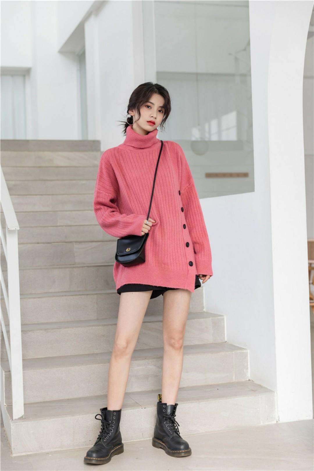 你的高领颜值毛衣来啦!经典简约设计,下面侧边单排扣设计增加了毛衣的时尚感,是你冬天脱下大衣外套棉衣也好看的单品!#双11网红爆款套装榜单!#