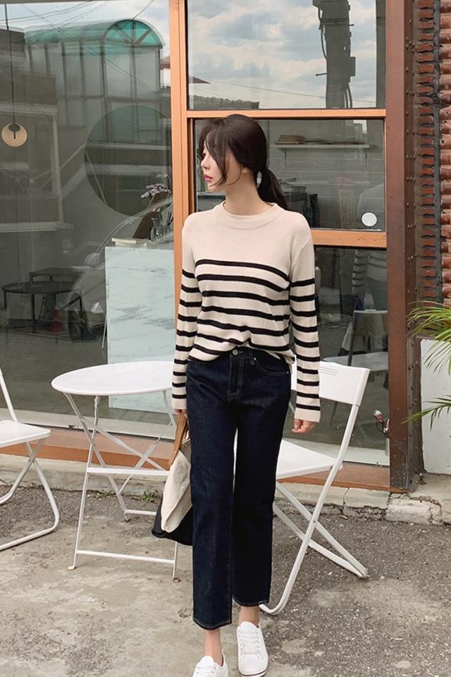 #戳这里!冬季最显瘦的裤子# 네이비 청바지 가는 발목을 드러내다