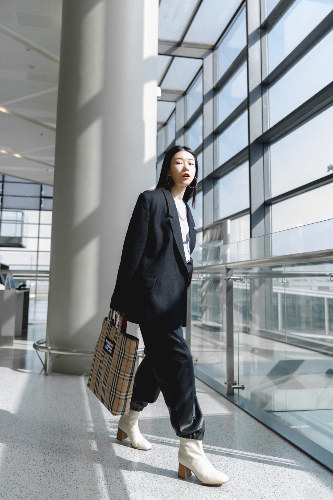 #Ava搭配日记#分享一组前几天肠胃炎还在机场坚持营业的A姐,真是太南了😭  西装:low classic  T恤:MichaelKors  裤子:ZARA  高跟鞋:BELLE 包包:Burberry