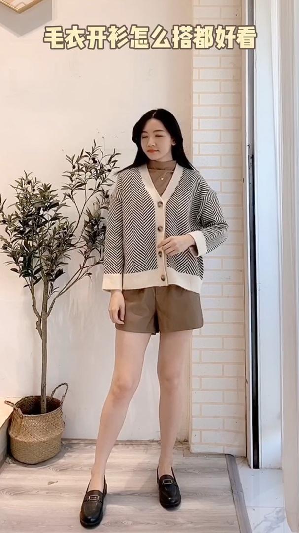 毛衣开衫 今年很流行这种条纹的外套,比较耐看而且也不会过时,我自己里面搭配了半高领的毛衣,这样显得比较有层次感,真是越看越喜欢,一点都不臃肿#入冬脱单,温柔风毛衣搞定#