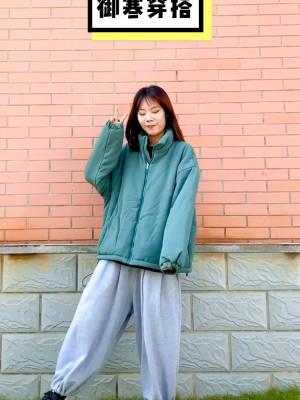 #养生局:中年少女保养课堂# 抵御冬天的寒冷的唯一办法就是穿的厚厚厚 把我最厚的棉衣拿出来了! 绿色在冬天也算是比较带来活力的颜色 搭配纯色卫裤 整体风格休闲舒适 喜欢快和我一起安排起来