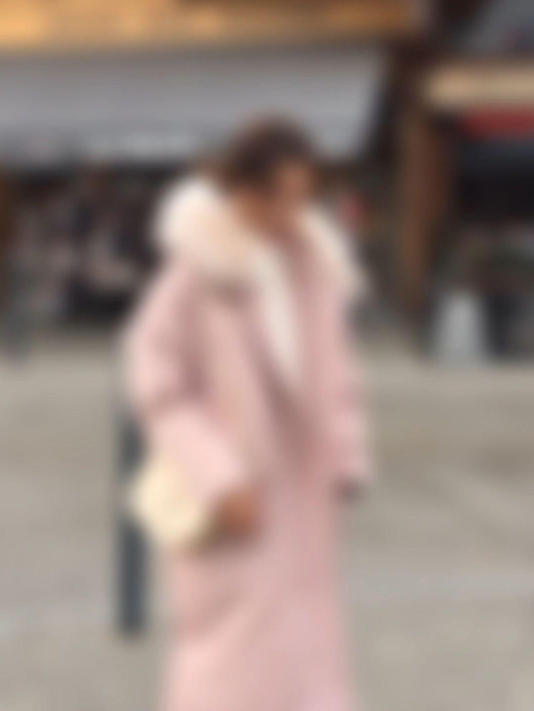 #冬日约会穿搭,一眼就惊艳!#让人眼前一亮的羽绒棉服,粉色也是今年的流行色系,满满的青春活力感!加大款的口袋看起来休闲随性。宽松的茧型或是修身的X型,它都能满足。帽子上的一圈毛毛领蓬松饱满,看起来就觉得很温暖。搭配圆领卫衣与黑色牛裤,穿出简约休闲范,再配上一双运动鞋就更减龄啦。