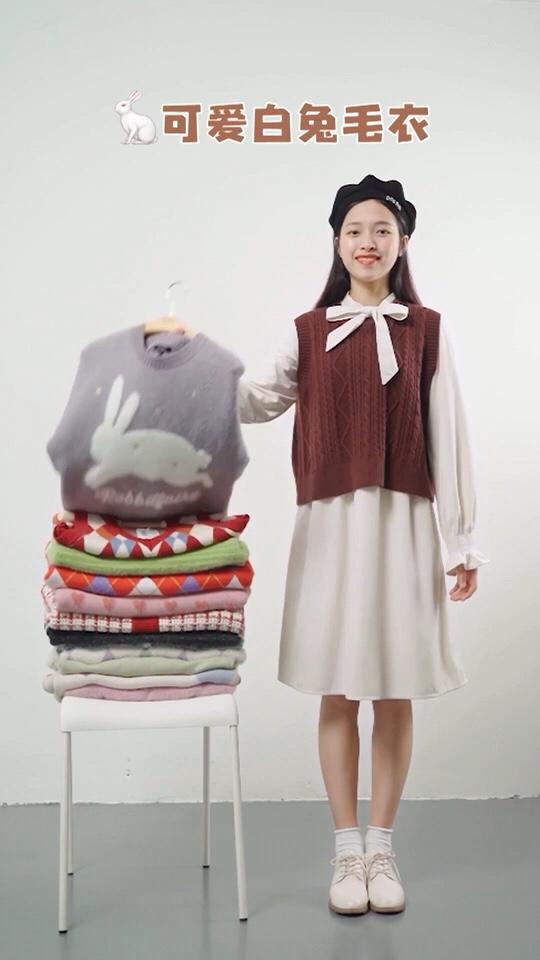 #毛衣毛衣,又是毛衣😍# 挑战一条连衣裙搭配整个衣柜的毛衣 穿搭不重样 小姐姐更喜欢哪一套呢?