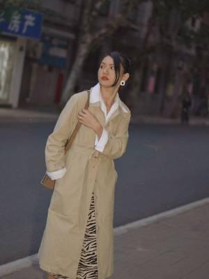 秋冬叠穿技巧🏾温暖又温柔的大地色搭配  连衣裙搭配又来啦,这次是里面叠穿了一件白色的衬衫,穿搭就变成了另外一种风格。 套上经典的trench coat,保暖有型。 裙子的纹理非常突出,搭配简约的衬衫和风衣🧥刚好平衡。 配饰也选了大地色🏾🏼,深浅不一的颜色层叠一起,统一又有趣。 很爱冬天的原因就是可以叠穿,总有不一样的惊喜。 - 🔗外套:一方二集  🔗衬衫:zara  🔗连衣裙:FindersKeepersTheLabel 🔗靴子:MANUATELIER  🔗包包:Briskerblack 🔗耳环:Mango #冬日显瘦大招!好看又遮肉#