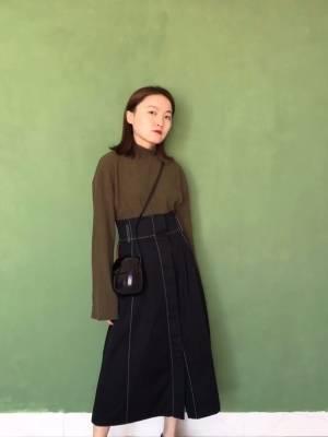 大家好,今天给大家分享一件显高的半身长裙穿搭~这件半身裙非常的适合小个子,一米五也可以穿出一米八的感觉.超高腰的A字版型设计,又遮肉又显腿长,中间是单排扣的设计,最后是没有纽扣形成开叉的效果.上身搭配的这件墨绿色是很基础款式的针织衫,喇叭袖的设计很有意思~ #1米5也能穿成1米8,小个子必看#